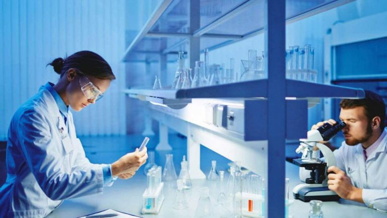 laborarorio-de-quimicos-sector-automocion_960x540